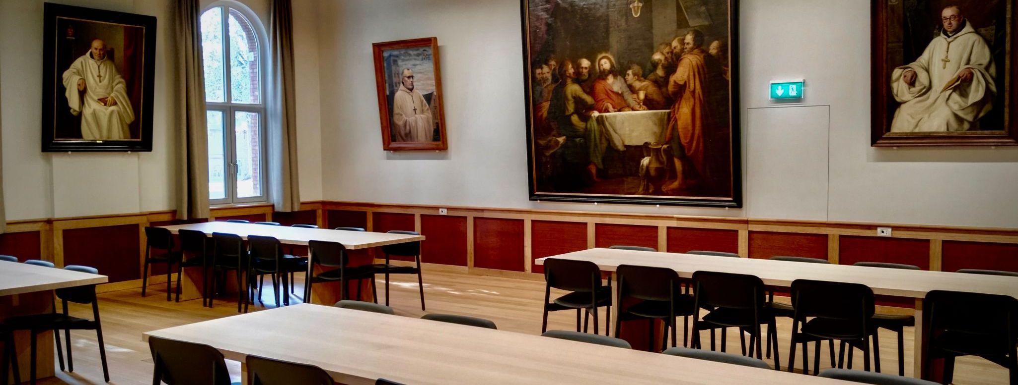 Le grand réfectoire de l'hôtellerie avec les portraits des pères abbé de l'abbaye de Westmalle