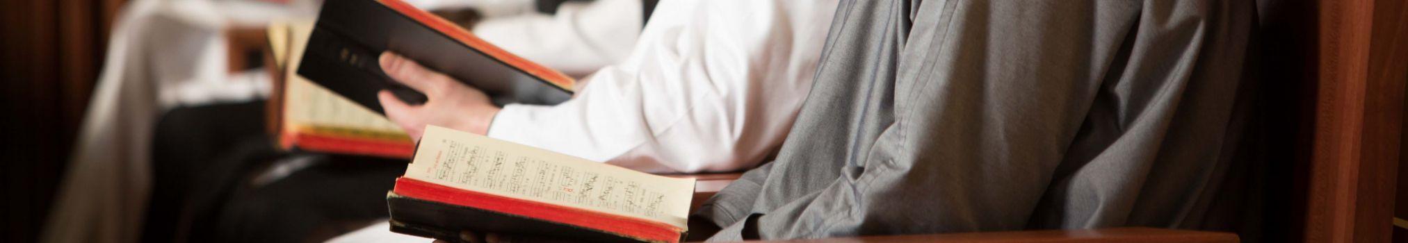 Les moines récitent des passages du Livre des Psaumes pendant l'office du midi