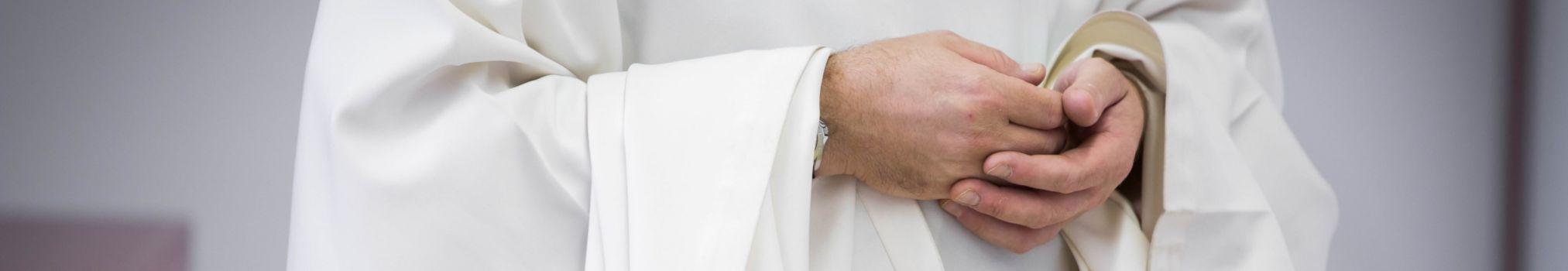 Moine en aube, l'habit liturgique porté au-dessus de la soutane