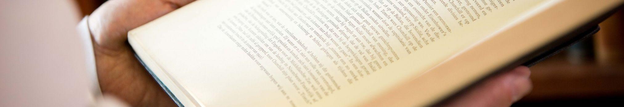 Un frère lit à haute voix des passages d'un livre