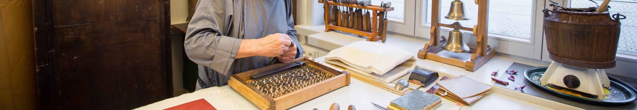 Typographe au travail dans l'atelier de livres de l'abbaye