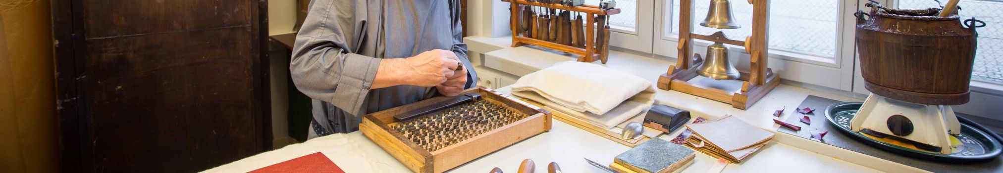 poggia-lettera al lavoro nell'atelier dei libri dell'abbazia