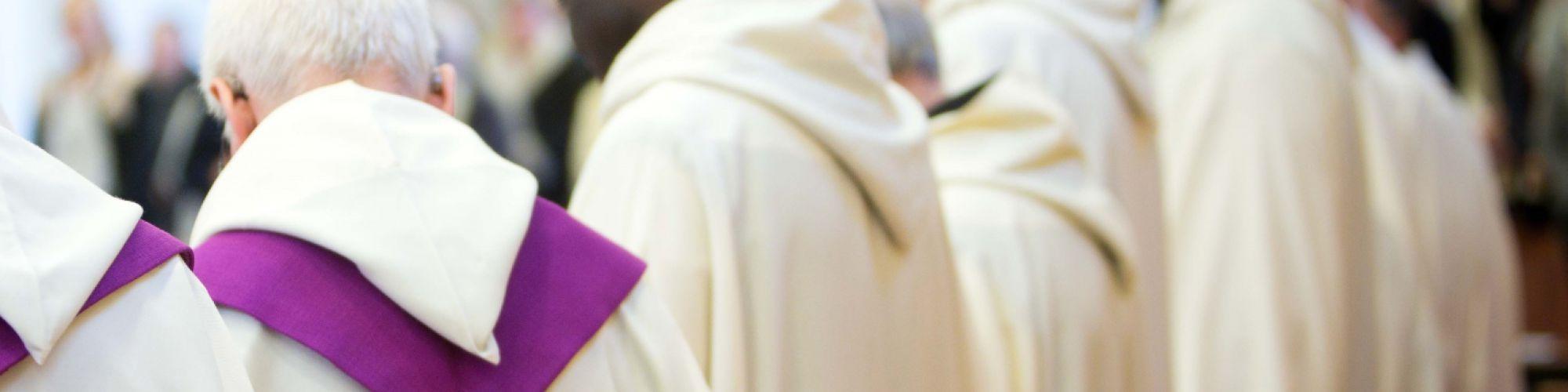 Los monjes celebran la eucaristía