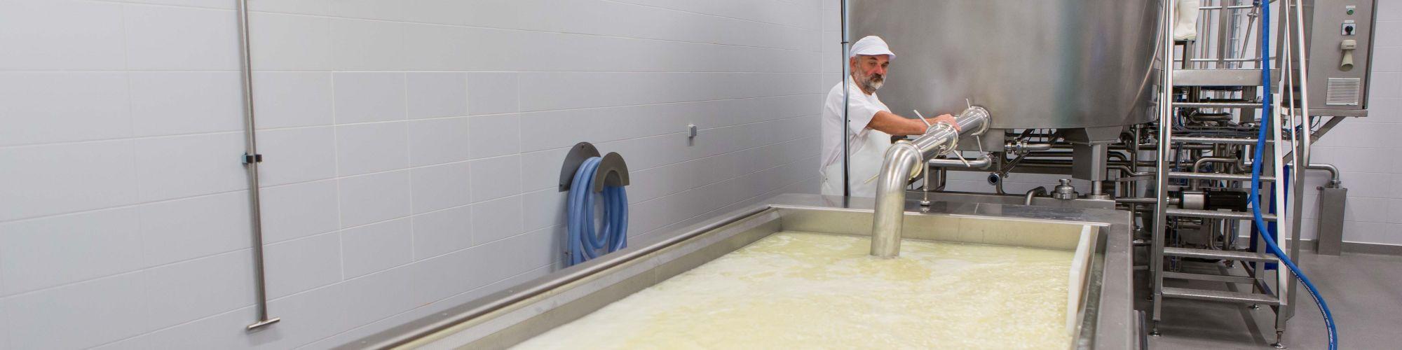 Transfert du lait de la cuve de refroidissement vers la cuve de caillage