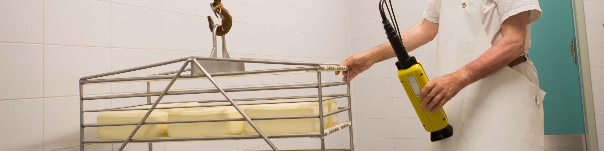 Les fromages sont plongés dans la saumure