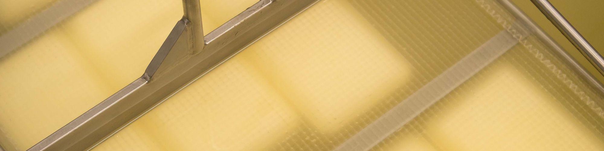 Les fromages restent pendant plusieurs heures dans la saumure